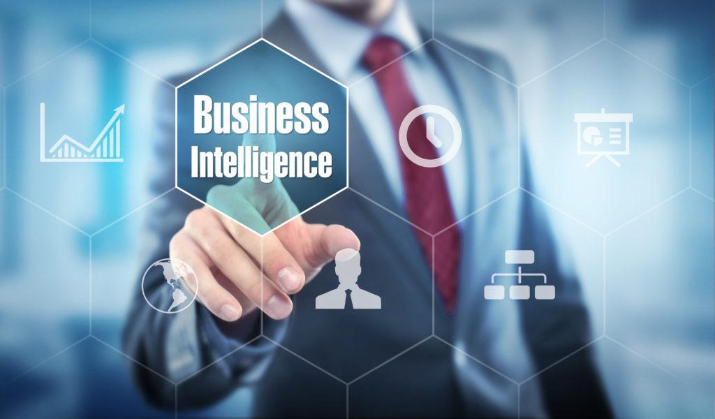Homme d'affaires touchant les icônes de données et d'analyse Business Intelligence